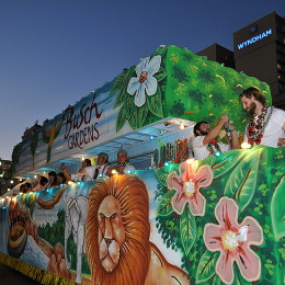 Who will be on Desfile de las Américas parade floats?